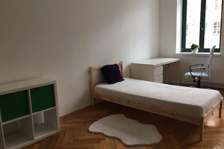 Zimmer gegenüber der Thomaskirche in Leipzig - Lipsk