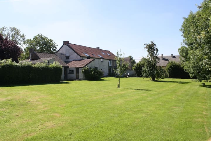 Montigny House. 21 p./699 €/night. - Fernelmont - 家庭式旅館