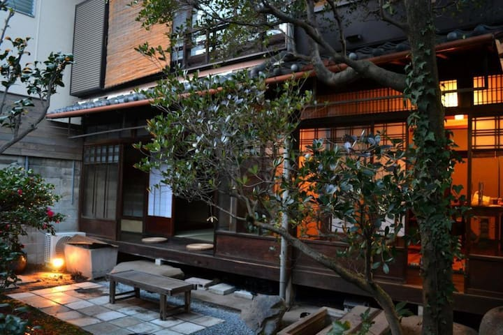【4 Min to Nijo castle】Enjoy a townhouse with 80 years of history! Japanese room (Double-size mattress) with wi-fi