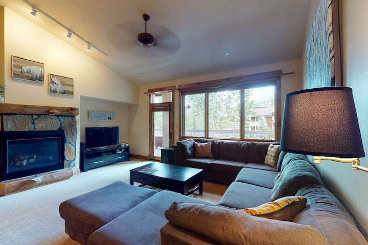 Spacious condo w/free WiFi & full kitchen + views of shared pool & hot tubs