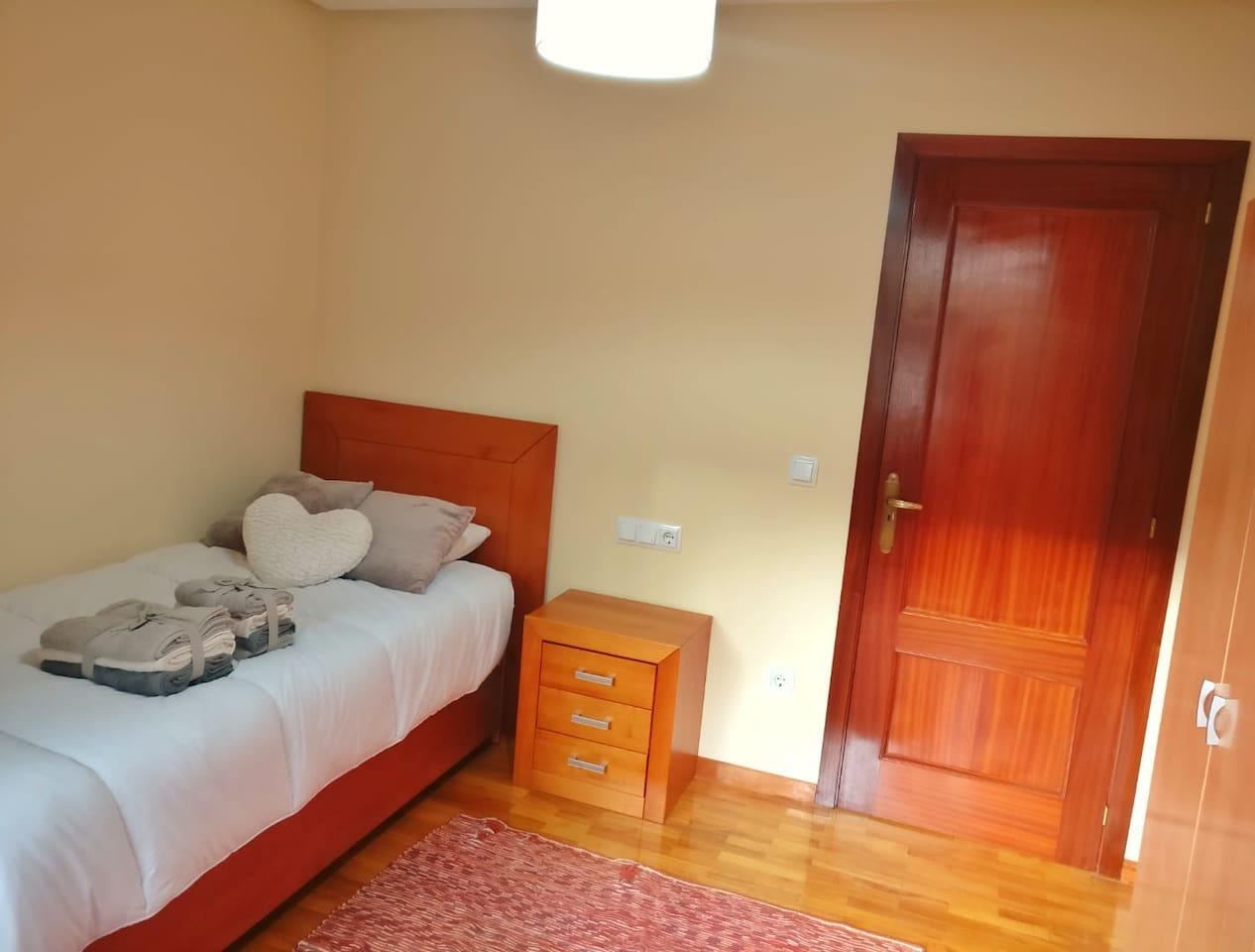 Habitación simple con amplio balcón