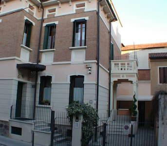 camera in struttura elegante - Padova