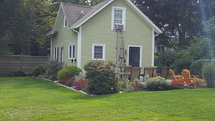 Charming Bungalow on Library Street - Groton - Haus