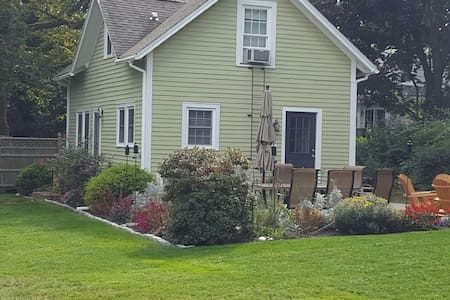 Charming Bungalow on Library Street - Groton - Casa