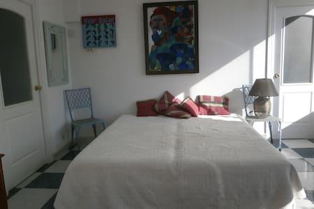 Sonniges Gartenzimmer mit Terrasse - Estepona - Bed & Breakfast