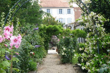 Large charming old comfy house  - Marennes