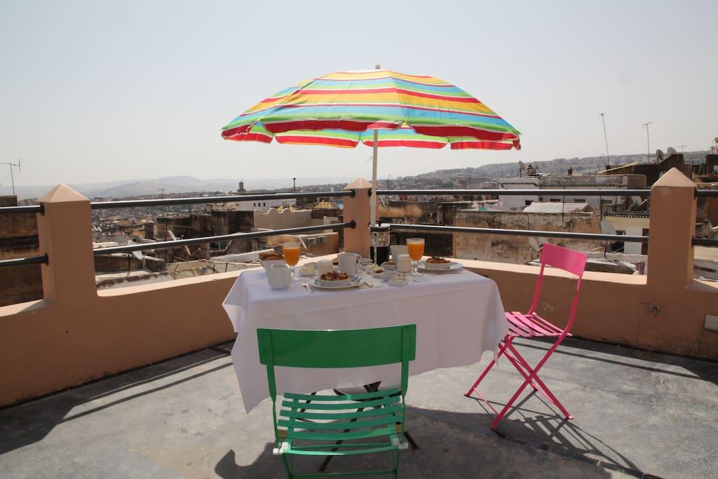 nos petits déjeuners sont servis en terrasse si les conditions climatiques le permettent