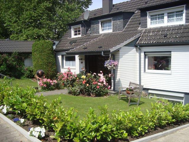 Schöne Ferienwohnung in Gevelsberg mit Terrasse - Gevelsberg - Appartement