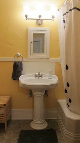 Bathroom with bathtub and a new toilet seat