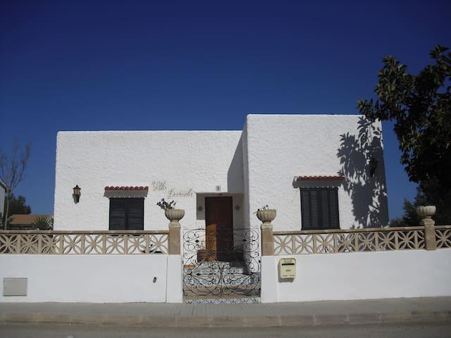 Casa individual y con gran jardín - Urbanització Montferrutx - Huis