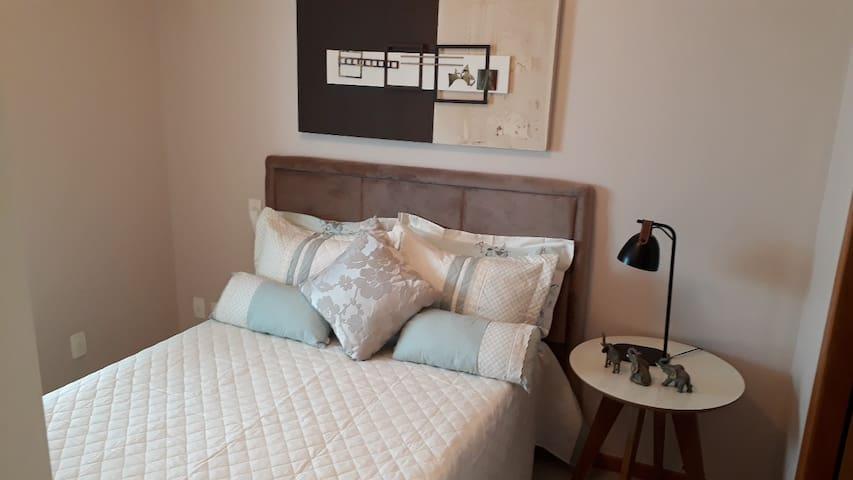 Suite cama casal quarto com Tv smart , ar condicionado , super confortável com cortina blackout fornecemos roupa de cama limpa e cheirosa!!!