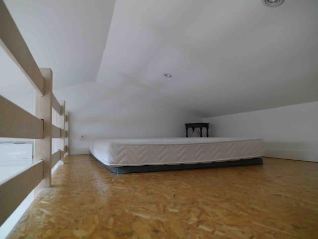 Un lit supplémentaire de 140 en mezzanine permet de coucher 4 personnes