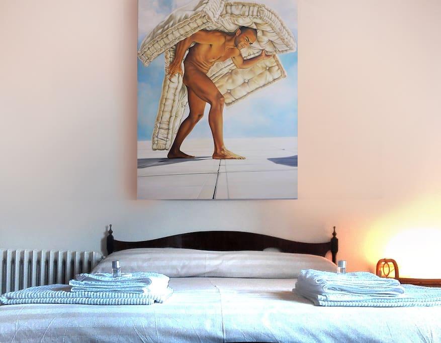 La camera è ampia, spaziosa e illuminata da una grande finestra che guarda al paesaggio maestoso dell'Appennino.