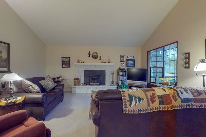 Cozy cottage near community amenities - shared pool, golf, tennis, beaches!