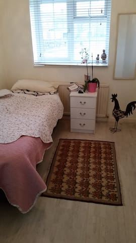 en-suit room in a friendly house - Ruislip