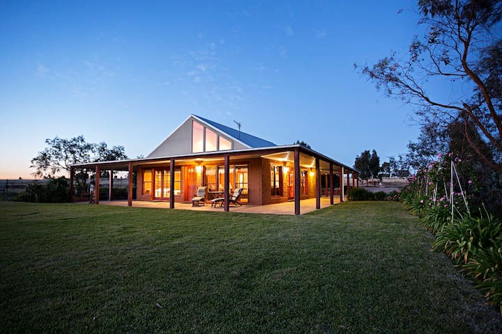 Spacious country retreat 9km to CBD