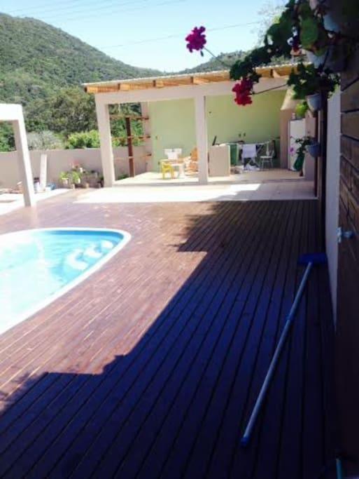 piscina 3X6 com deck e churras ao fundo