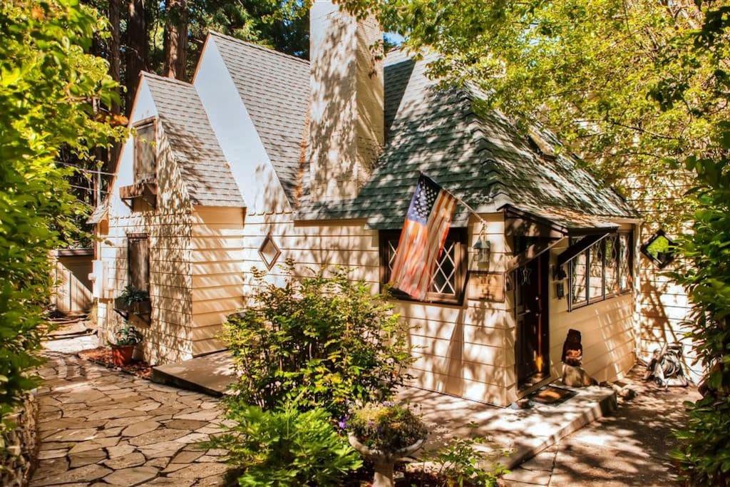 Let this delightfully charming Lake Arrowhead vacation rental house serve as your ultimate lakefront retreat!