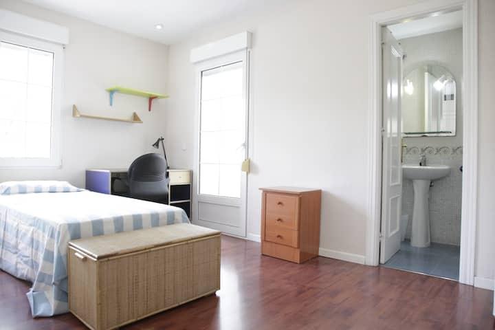Habitación doble, baño y piscina a 15 km d Madrid