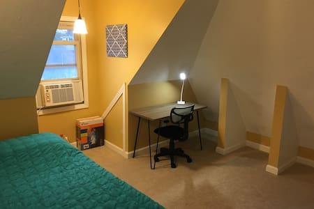 Private Room w/ Great View, Walk to Train (O3-1) - Malden