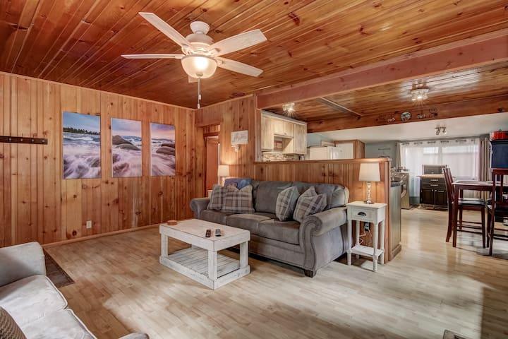 Pet Friendly 2BR Cabin near Restaurants & Heavenly