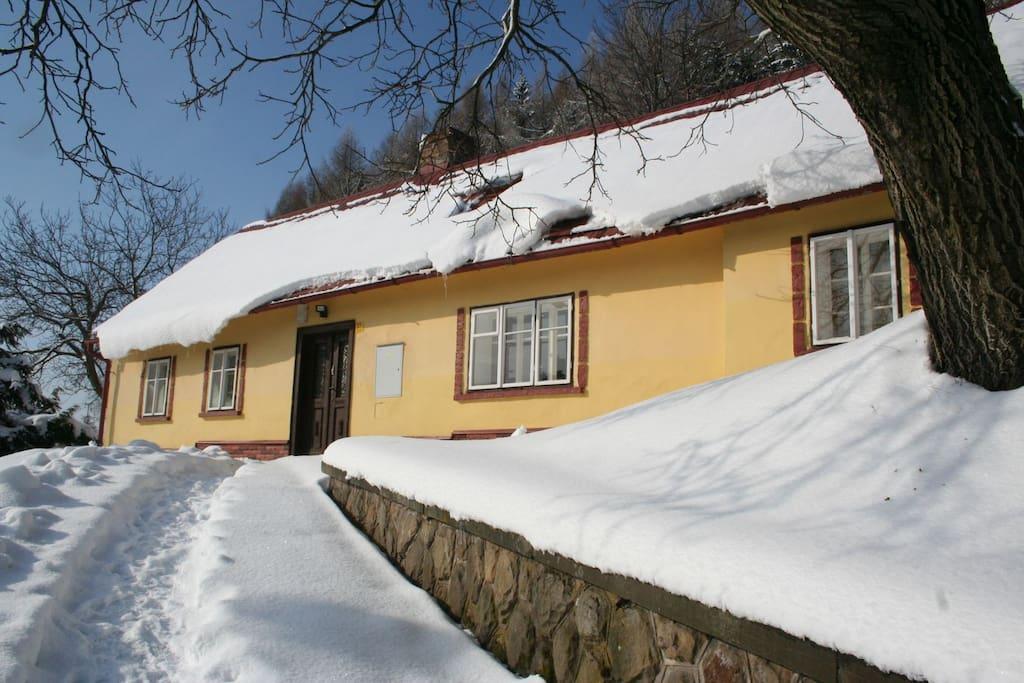 Yellow Cottage in de winter