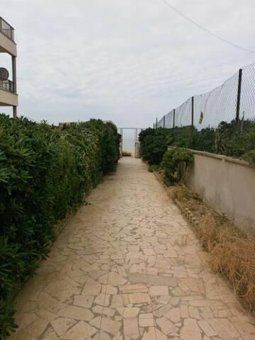 Viale interno giardino con uscita spiaggia