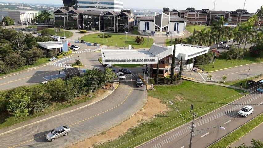 Próximo à UNIVAP - Universidade do Vale do Paraíba. Exatamente em frente, com seguranças da faculdade 24 horas por dia, de domingo a domingo