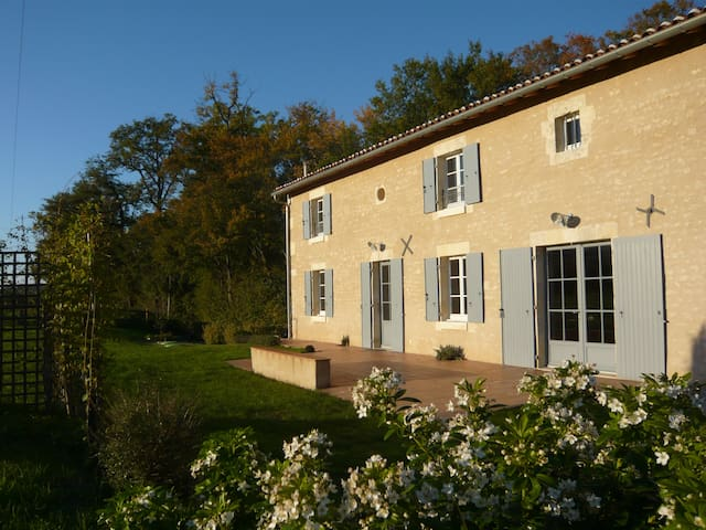 Nice barn close to Cognac - Cherves-Richemont - บ้าน