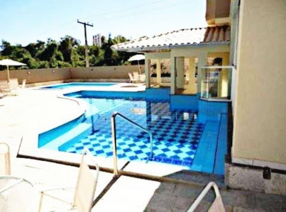 Sauna interligada à piscina.