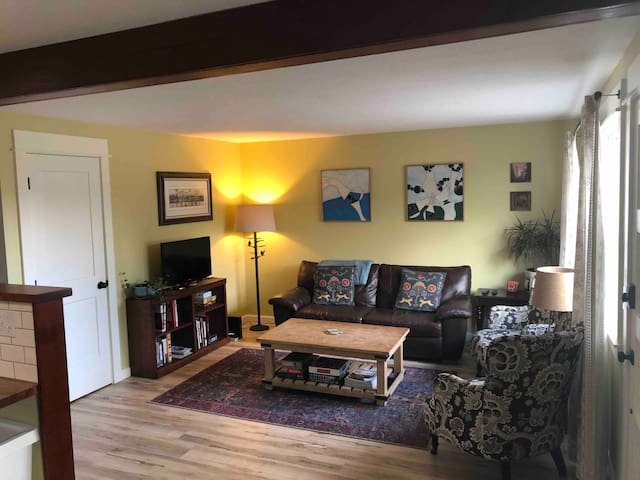Lovely Art Filled Home 15 min to Downtown