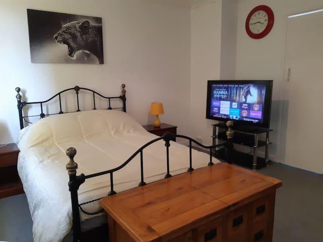 Cozy Top Floor Studio Flat 24 hr Self Check-in