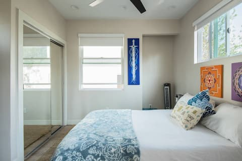 Stroll to Abbott Kinney from a Sunny Suite w Porch