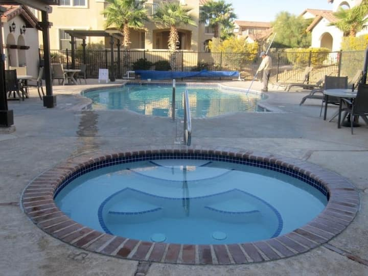 2bd Poolside Dream Home with WiFi