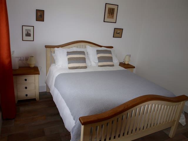 Room in Farmhouse with sheep and chickens. - Dromahair - Bed & Breakfast