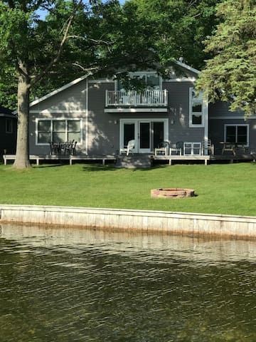 A68 - Large 4+ bedroom Main Lake Home