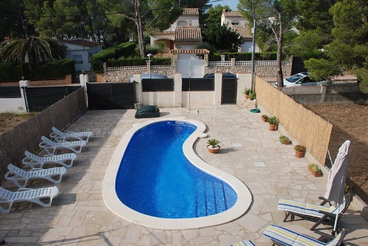 Holiday villa with private pool and WiFi