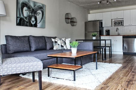 The Rustic Ram - Modern Condo in Collingwood