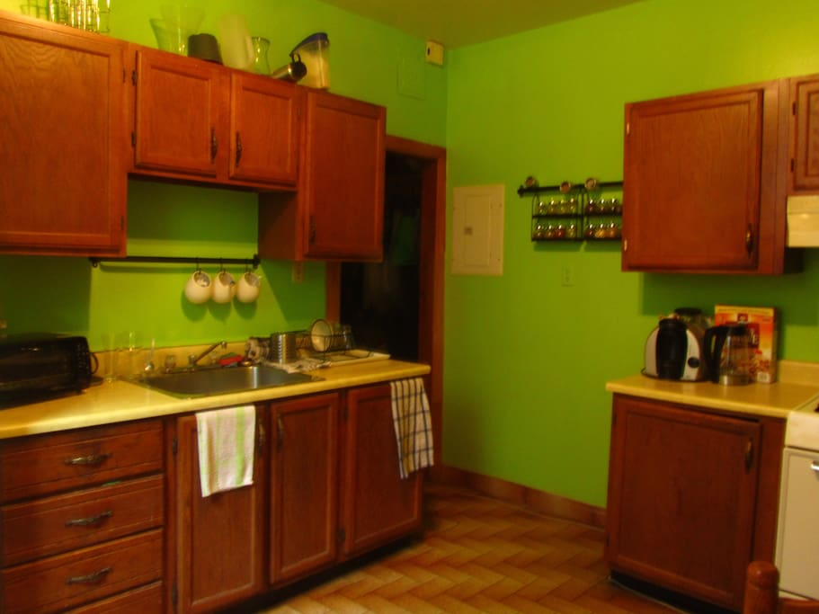 NIce green kitchen, full equipped with a gaz stove, ready for beautiful meal «entre ami»