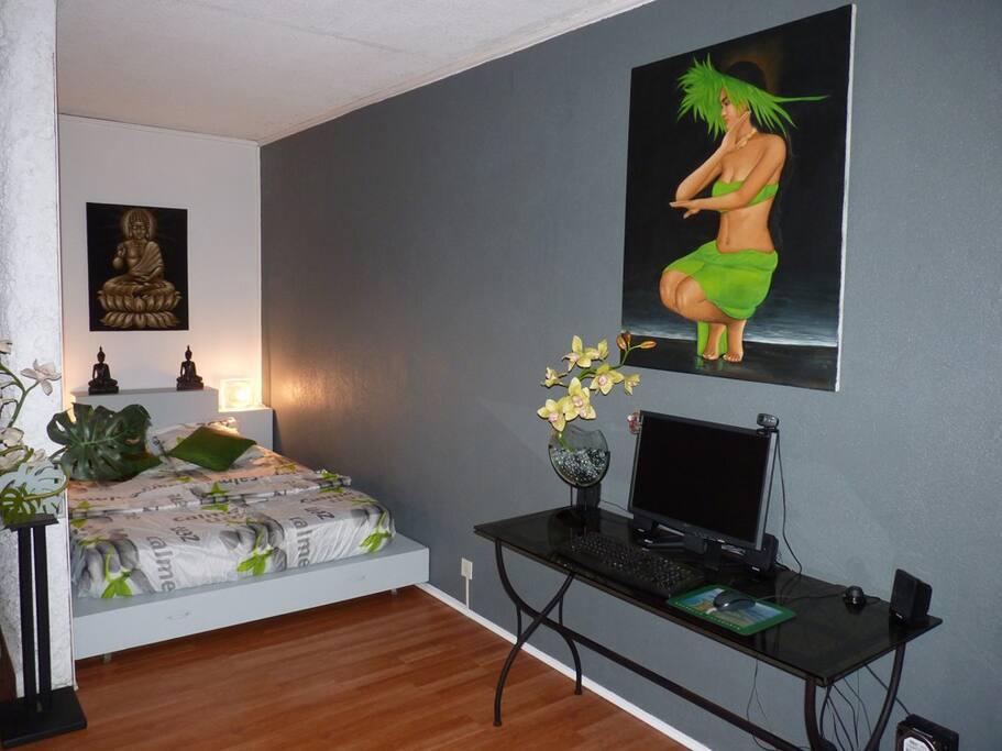 Coin salon / Lit (ordinateur avec internet à disposition + WiFi) - Lounge /bed (computer connected to internet + Wifi).