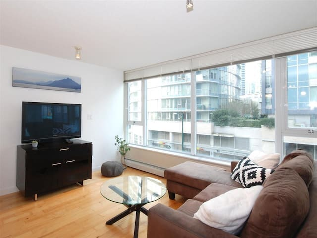 2BDR Modern Condo Best Location Downtown Vancouver