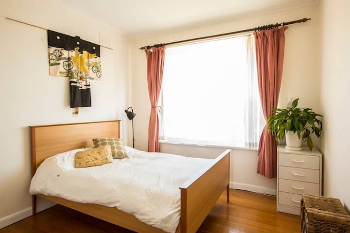 Sunny Bedroom in leafy Elwood Beach