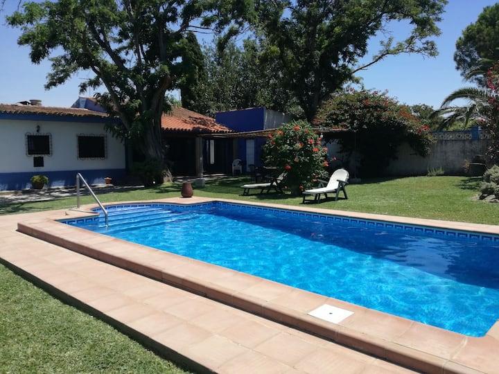 Chalet con piscina privada, natural y acogedor