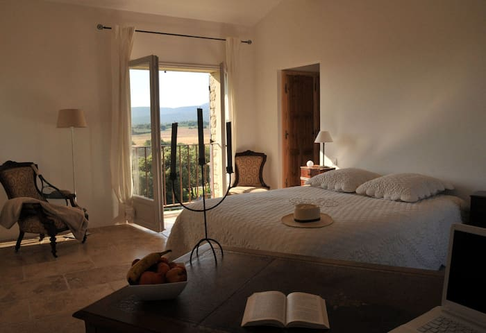 chambre isabelle chambre d 39 h tes de charme gordes bed and breakfasts for rent in gordes. Black Bedroom Furniture Sets. Home Design Ideas