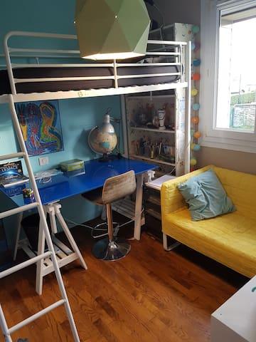 Chambre cosy et fonctionnelle