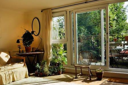 Enchanting, sunny top-floor flat