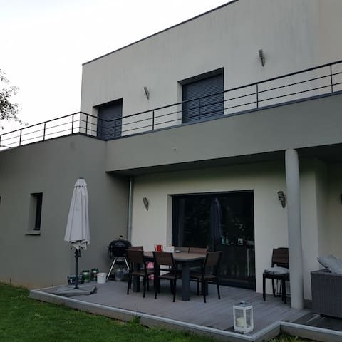 Maison contemporaine entre campagne et ville