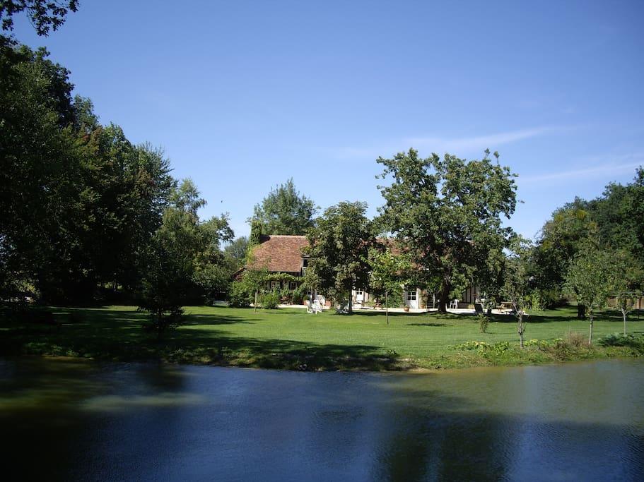 Façade sud vue de l'étang