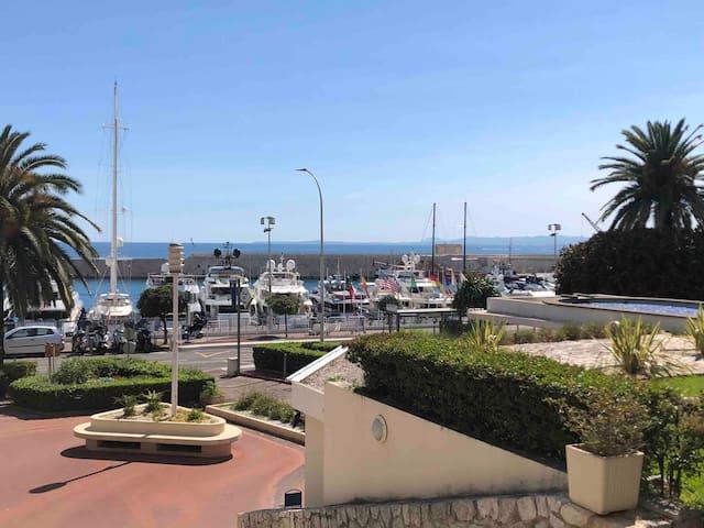 Un écrin au Port de Nice, en bord de mer.