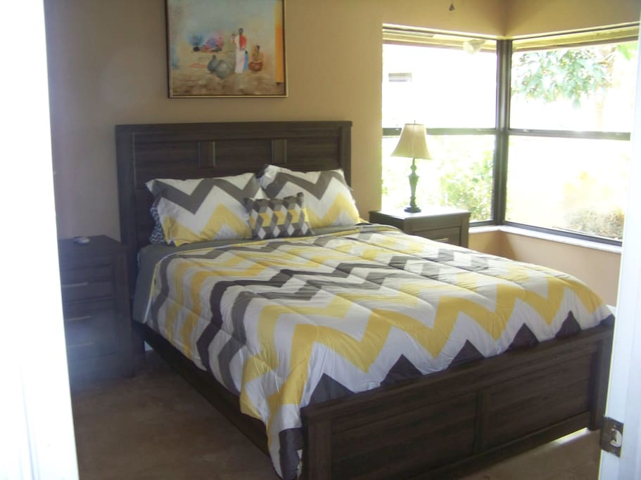 2 nd bedroom with queen size bed